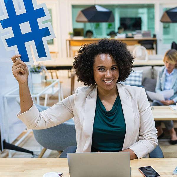 Donna con hashtag